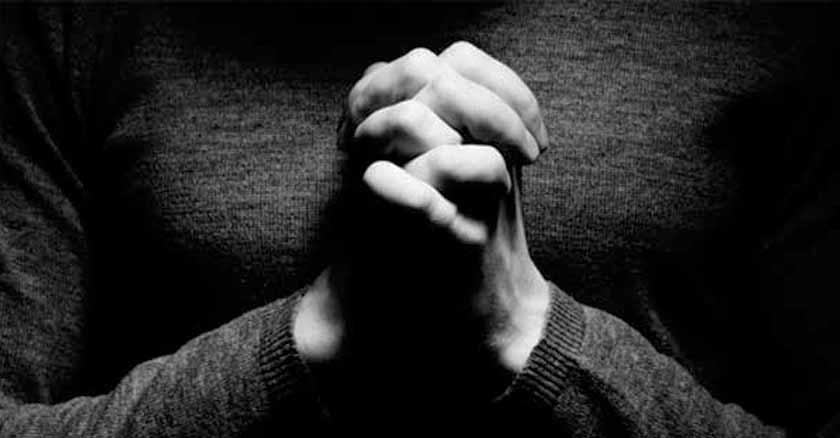 rezando-con-manos-juntas-oracion-del-padrenuestro.jpg