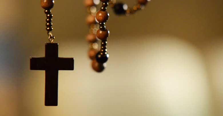 santo rosario piedras de madera colgado