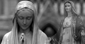 dos estatuas de la virgen maria en blanco y negro