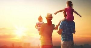 familia reunida viendo el ocaso horizonte papa mama hijos dia
