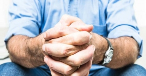 hombre con manos juntas rezando en oracion como rezar