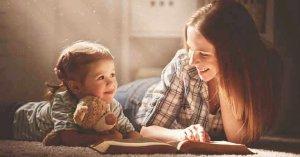 leer la biblia con los hijos madre hija leyendo