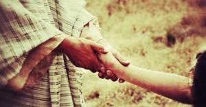 mano de jesus amigososteniendo la mano de una persona