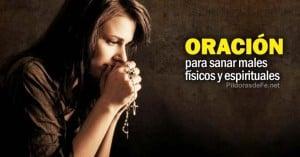 mujer rezando haciendo oracion con un rosario en la mano