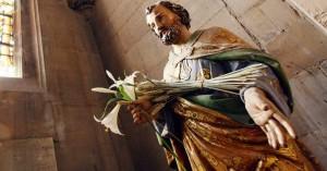 san jose patrono de la iglesia estatua con flores en su mano