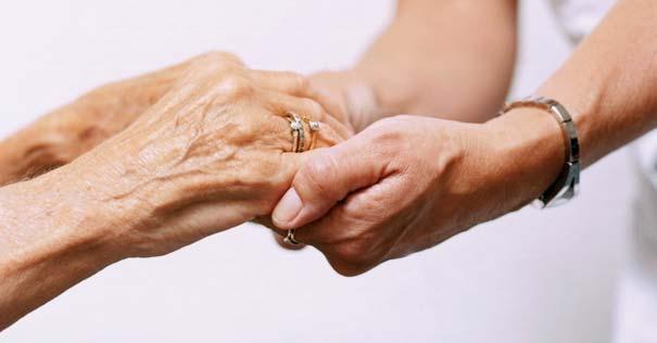 sostener manos ayudar necesitado anciano