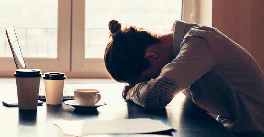 agobiado-rostro-en-mesa-como-vencer-frustraciones-superar-dificultades-de-la-vida.jpg