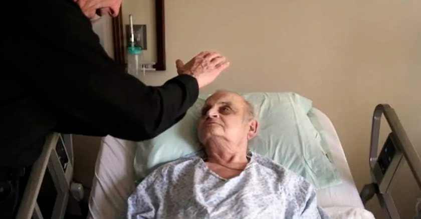 anciano-enfermo-sacerdote-uncion-coas-que-las-personas-confiesan-antes-de-morir.jpg