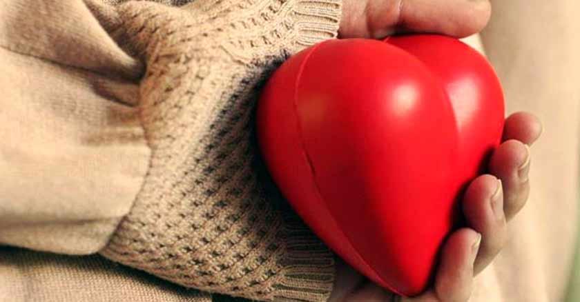 corazon rojo en mano grandes gestos de amor cosas simples detalles