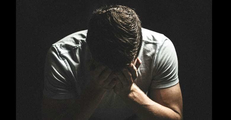 joven triste sufrimiento tristeza fondo negro