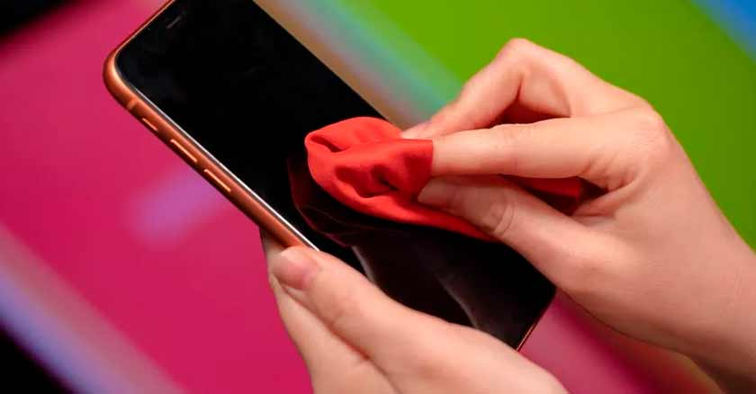 limpiando-telefono-cosas-que-usamos-mas-que-el-celular.jpg