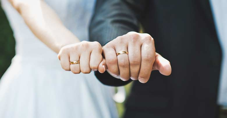 matrimonio pareja de esposos casados mostrando sus anillos de boda