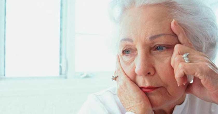 mujer mayor anciana rostro preocupada triste afligida fondo claro