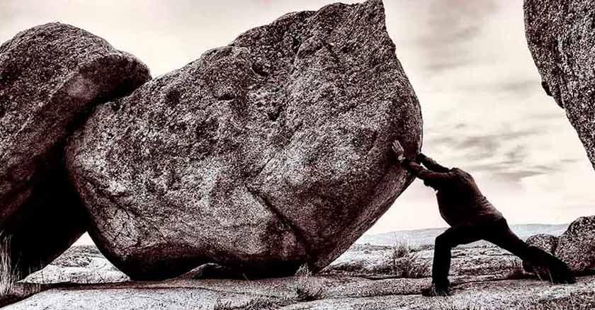 no dejes de empujar la roca hombre empujando una roca gigante