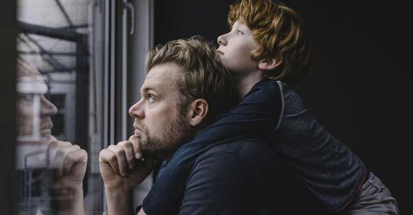 padre-hijo-mirando-ventana-gracias-papa-por-ensenarme-lo-pobre-que-somos.jpg