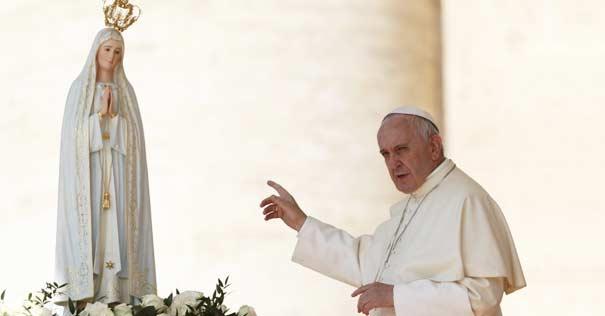 papa francisco apunta dedo estatua virgen fatima