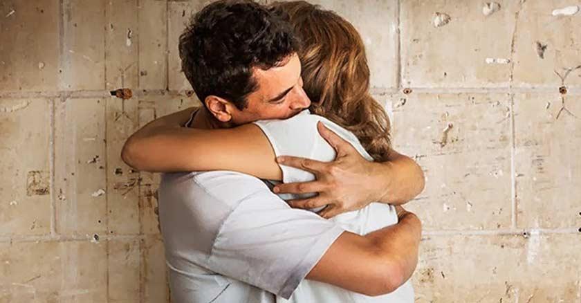 pareja-hombre-mujer-abrazados-esposos-dando-perdon-abrazo-en-matrimonio.jpg