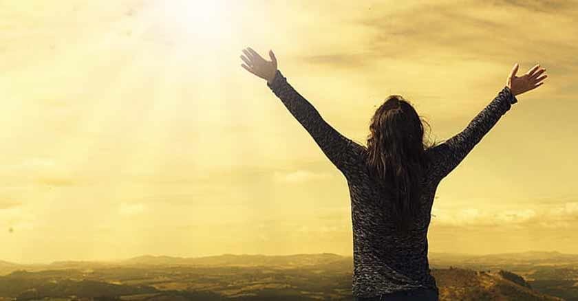 perfectamente-engenderado-amado-Dios-es-fuente-de-paternidad-amor-mujer-manos-cielo.jpg