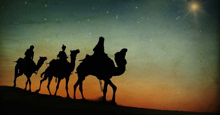 reyes mago montados sobre sus camellos siguiendo la estrella de belen