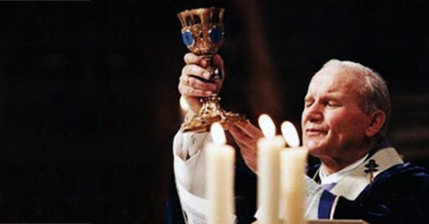 san juan pablo ii levantando el caliz eucaristia en santa misa
