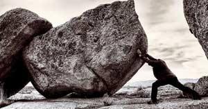 hombre sosteniendo empujando roca gigante