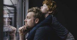 padre hijo mirando ventana gracias papa por ensenarme lo pobre que somos