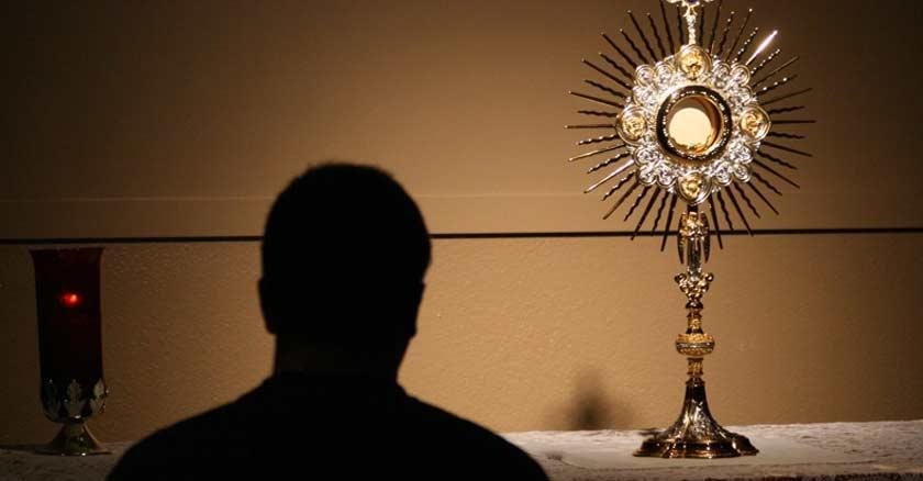 adoracion al santisimo sacramento del altar sagrada hostia