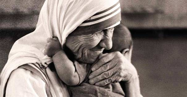 madre teresa de calcuta abraza bebe en su seno