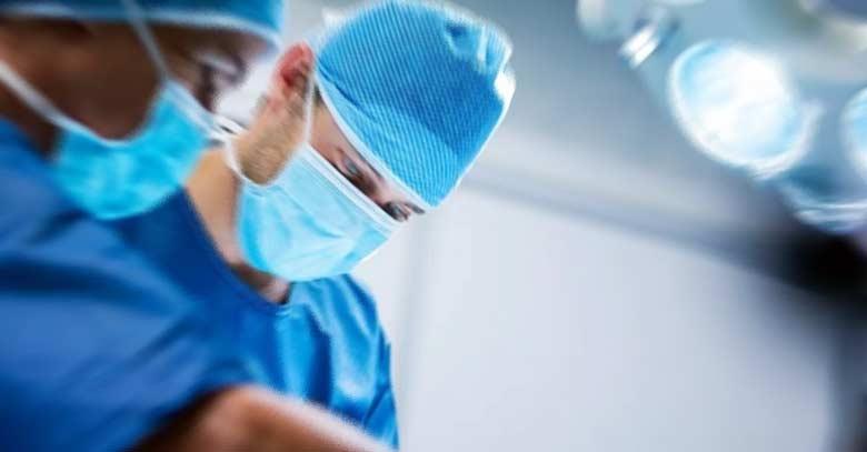neurocirujano operando en quirofano
