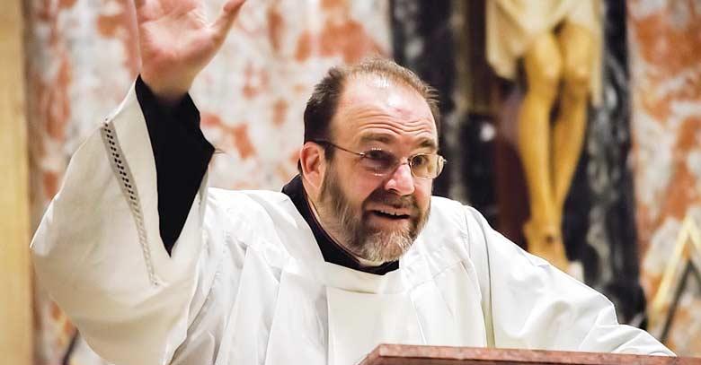 obispo monsenor charles pope sacerdote homilia podio
