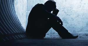 hombre sentado suelo deprimido triste