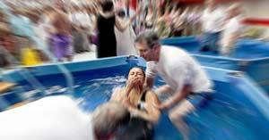 testigos de jehova bautismo por inmersion piscina